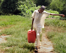 Typische Kinderarbeit: Wasser holen