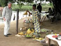 Hartmut Heuser auf dem Markt beim Bananenkauf