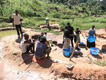 Wasserholen im Kongo