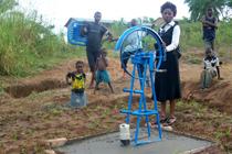 Bald gibt es sauberes Wasser: Das Fundament ist eingegossen. Die Seilwinde wird mit einer Fahrradspeiche angetrieben