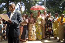 Es ist soweit: Der erfolgreiche Bau eines Brunnens wird mit einer festlichen Zeremonie abgeschlossen.