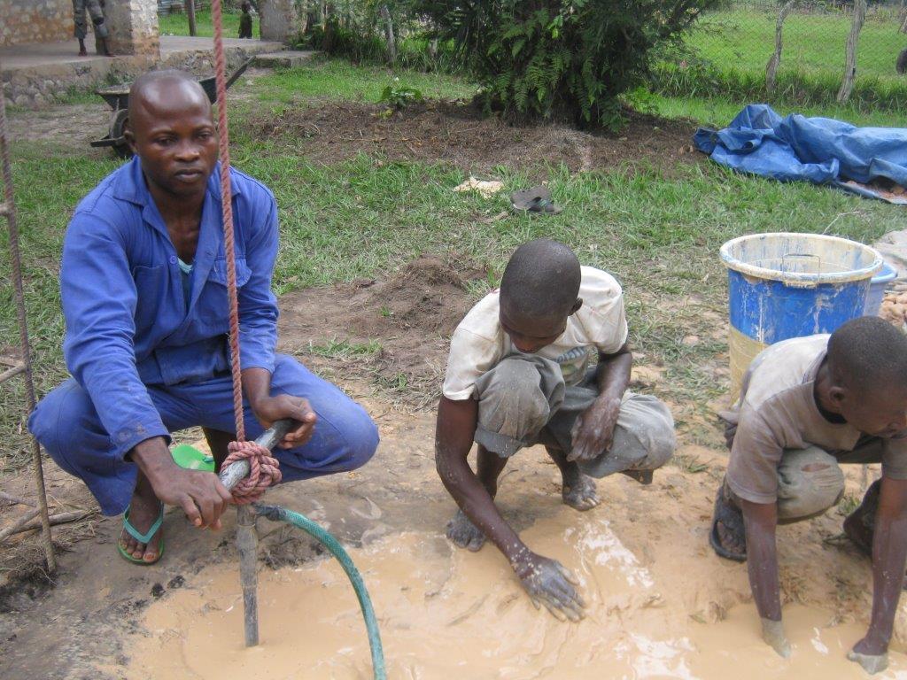 5 Handbohrung in Kimbongo 2012