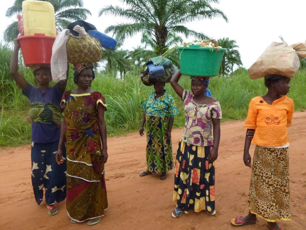 Schwere Last: Kongolesische Frauen auf dem Weg vom Wasserholen.